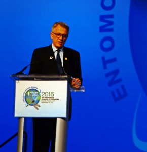 O brasileiro Dr. Walter Leal, co-presidente do Congresso, na abertura do evento